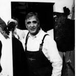 Τάκης Μάλλης, ηθοποιός μπροστά από τον μπερντέ, στο ρόλο του Καραγκιόζη